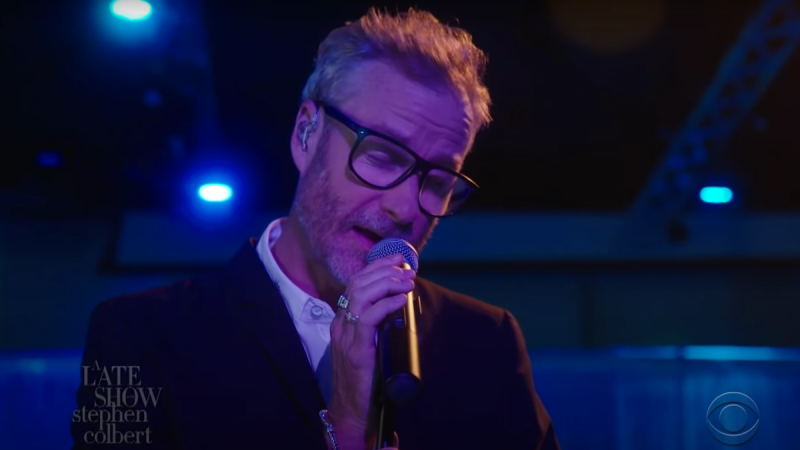 "Regardez la performance Colbert de Matt Berninger de ""One More Second"""