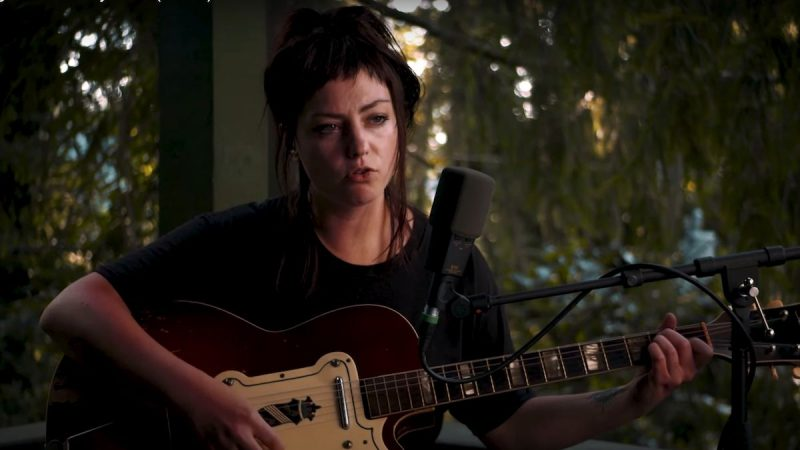 Regardez le concert Acoustic Tiny Desk (Home) d'Angel Olsen pour NPR