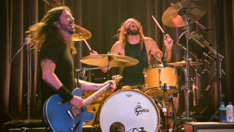 Foo Fighters Rally the Faithful et Preview de nouvelles chansons à Los Angeles 'The Roxy | La revue