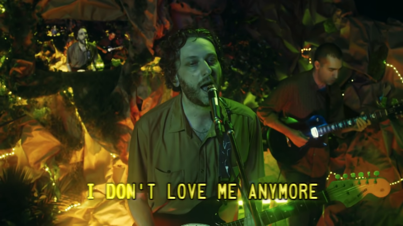 "Regardez Oneohtrix Point ne jamais interpréter ""I Don't Love Me Anymore"" sur Fallon"