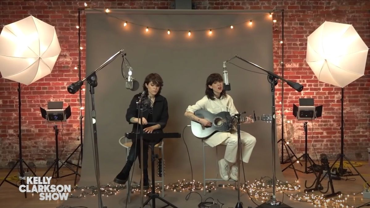 "Regardez Tegan et Sara jouer ""Make You Mine This Season"" sur Kelly Clarkson"