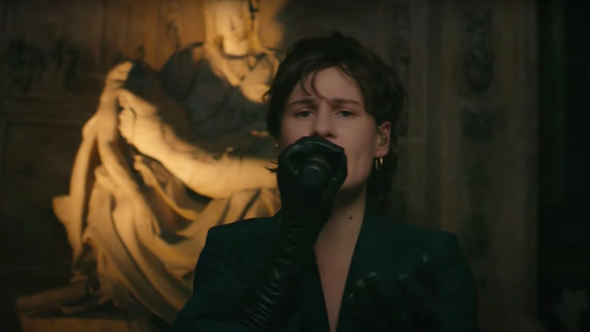 "Regardez Christine and the Queens jouer ""People, I've been sad"" sur Corden"