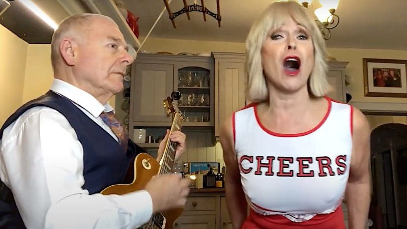 "Robert Fripp et Toyah dévoilent la version pom-pom girl de ""Rebel Yell"" de Billy Idol"