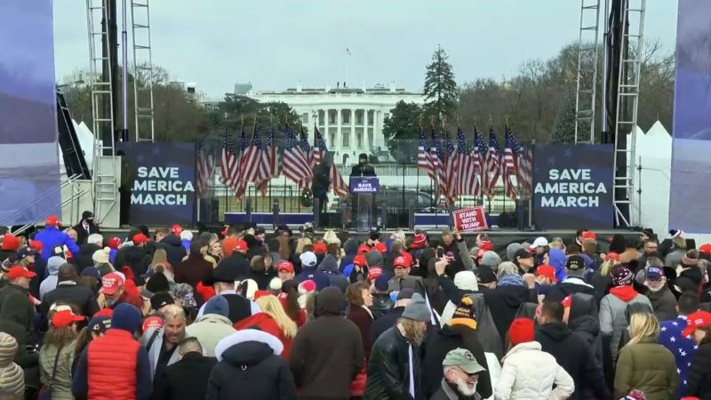 "DJ au MAGA Rally Trolls Crowd de Trump avec ""My Heart Will Go On"" de Titanic"