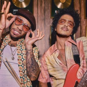 Chanson de la semaine: Bruno Mars et Anderson .Paak Play It Smooth comme Silk Sonic sur « Leave the Door Open »