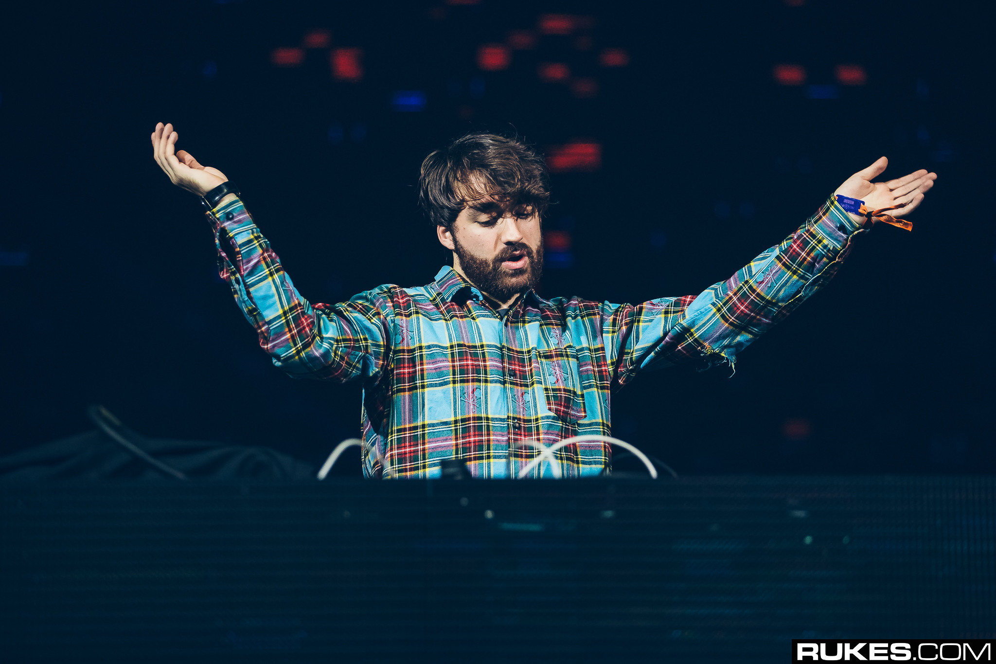 oliver-heldens-with-arms-wide-open-decadence-nye-2017-rukes-2089739-4506236-jpg